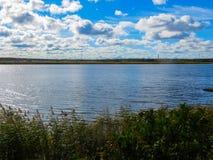 Hermosa vista del río de Lielupe en Jurmala, Letonia fotos de archivo