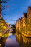 Hermosa vista del río de Lieve con el puente en Gante Fotografía de archivo
