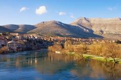 Hermosa vista del río de Trebisnjica y de la ciudad de Trebinje Bosnia y Hercegovina Fotos de archivo libres de regalías