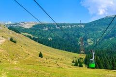 Hermosa vista del top del cablecarril sobre las montañas y la aguamiel Fotos de archivo