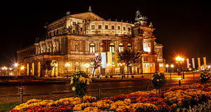 Hermosa vista del verano de la noche del teatro de la ópera de la ópera o del Semperoper sajona, Dresden, Alemania del estado de  foto de archivo libre de regalías
