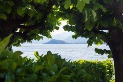 Hermosa vista en el lago Como enmarcado por los árboles Fotografía de archivo libre de regalías