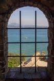 Hermosa vista en el lago Garda y las montañas italianas a través de la ventana Foto de archivo libre de regalías