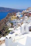 Hermosa vista en el pueblo de Oia en la isla de Santorini Imagen de archivo libre de regalías