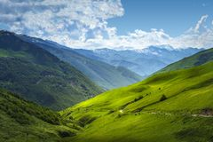 Hermosa vista en gamas de montañas Paisaje de la montaña el día soleado del verano en Svaneti, Georgia Valle alpestre Montañas de imágenes de archivo libres de regalías