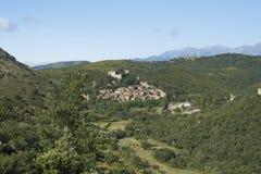Hermosa vista en la ciudad medieval de Castelnou en los Pirineos franceses Imágenes de archivo libres de regalías