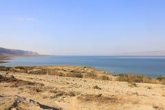 Hermosa vista en la costa y la playa de mar muerta Fotos de archivo