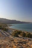 Hermosa vista en la costa y la playa rocosas de mar muerta Imágenes de archivo libres de regalías