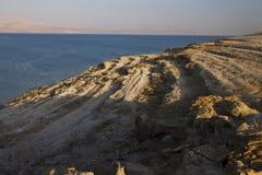 Hermosa vista en la costa y la playa rocosas de mar muerta Foto de archivo libre de regalías