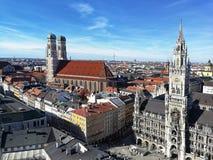 Hermosa vista en la nueva iglesia de nuestra se?ora, Munich del ayuntamiento y de la catedral fotos de archivo libres de regalías
