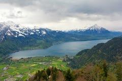 Hermosa vista en las montañas y el lago suizos Thun en Interlaken, Suiza Fotografía de archivo libre de regalías