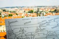 Hermosa vista en Praga en la República Checa, que situó en el centro de Europa, con el río que fluye Moldava con el mapa de la ci fotos de archivo