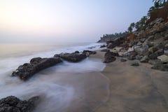 Hermosa vista en un acantilado por el océano Imagen de archivo libre de regalías
