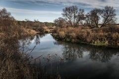 Hermosa vista en un río en el bosque del otoño entonado Imágenes de archivo libres de regalías