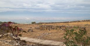 Hermosa vista encendido en vistas de la ciudad antigua destruida Hierapolis en Pamukkale, Turquía Fondo y montañas del cielo azul Fotografía de archivo