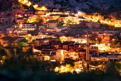 Hermosa vista Goreme en la noche Centro famoso de los vuelos del globo Cappadocia, Turquía fotografía de archivo