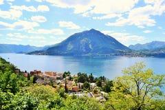 Hermosa vista a la ciudad y al lago Como de Varenna de las montañas sobre Varenna en un día de verano soleado brillante fotos de archivo libres de regalías