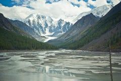 Hermosa vista a nevar montañas y lago claro fotos de archivo libres de regalías