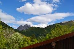 Hermosa vista a Ortanella y paisaje de la montaña del camino a Esino Lario en un día soleado fotografía de archivo