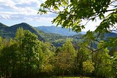 Hermosa vista a Ortanella y paisaje de la montaña del camino a Esino Lario en un día soleado foto de archivo libre de regalías
