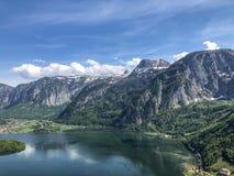Hermosa vista sobre el lago y la montaña fotos de archivo