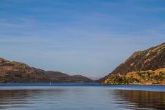 Hermosa vista sobre las montañas con el cielo azul Fotos de archivo