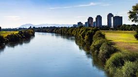 Hermosa vista sobre paisaje urbano y la reserva urbana del río en Zagreb, Croacia fotos de archivo libres de regalías