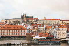Hermosas vistas de la ciudad vieja con el puente de Charles en Praga, República Checa Imagen de archivo libre de regalías