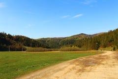 Hermosas vistas de las montañas y del prado de Cárpatos Fotos de archivo