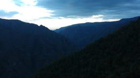 Hermosas vistas de montañas salvajes almacen de video