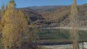 Hermosas vistas del lago cerca de las monta?as y de los ?rboles tiro Paisaje asombroso del oto?o almacen de video