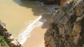 Hermosas vistas del Océano Atlántico y de las rocas en la bahía de la costa de Portugal almacen de metraje de vídeo