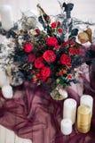 Hermoso adorne el bouqet de la boda en el piso con las velas y en estudio Imagenes de archivo