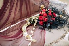 Hermoso adorne el bouqet de la boda en el sofá con las velas y en estudio Imágenes de archivo libres de regalías