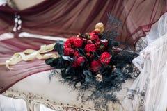 Hermoso adorne el bouqet de la boda en el sofá con las velas y en estudio Fotos de archivo libres de regalías
