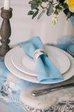 Hermoso adorne la placa de la boda con las velas y las flores Foto de archivo libre de regalías