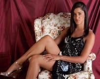 Hermoso, bien Ponga-Junto a la mujer en silla Foto de archivo libre de regalías