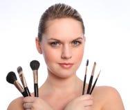 Hermoso componga al artista con los cepillos cosméticos Fotos de archivo