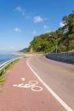 Hermoso de carril de bicicleta a lo largo del mar Imagen de archivo libre de regalías