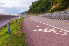 Hermoso del carril de bicicleta a lo largo del mar, Chanthaburi, Tailandia Fotos de archivo libres de regalías