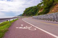 Hermoso del carril de bicicleta a lo largo del mar, Chanthaburi, Tailandia Imagen de archivo libre de regalías