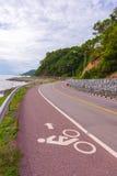Hermoso del carril de bicicleta a lo largo del mar, Chanthaburi, Tailandia Fotografía de archivo libre de regalías