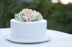 Hermoso del pastel de bodas adornado con las rosas fotografía de archivo
