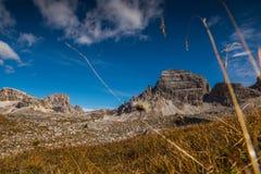 Hermoso italien las dolomías, el Tyrol del sur e italien las montañas, paisaje de la montaña en tiempo del otoño Fotos de archivo libres de regalías