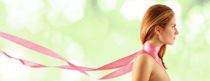 Hermoso joven de la mujer con la cinta rosada Foto de archivo