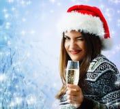Hermoso joven de la Navidad de la mujer con el sombrero de santa Foto de archivo libre de regalías