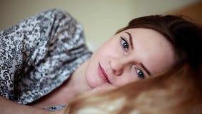 Hermoso joven, mujer que despierta descansado completamente almacen de video