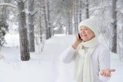Hermoso, joven, sonriendo, mujer alegre que habla en el smartph Fotografía de archivo libre de regalías