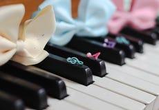 hermoso lindo de la primavera del brillo de la cinta del teclado de piano Imágenes de archivo libres de regalías