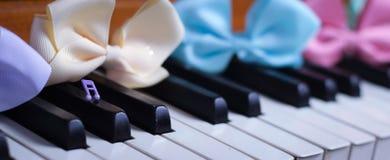 hermoso lindo de la primavera del brillo de la cinta del teclado de piano Fotos de archivo libres de regalías